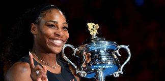 Serena Williams com o troféu de campeã do Australian Open em 2017