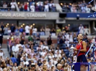 Emma Raducanu com o troféu de campeã do US Open