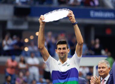 Novak Djokovic com o troféu de vice-campeão do US Open